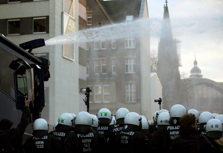 Policja użyła armatek wodnych /OLIVER BERG /PAP/EPA