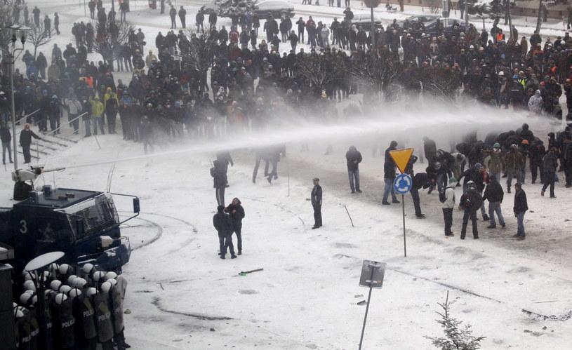 Policja użyła armatki wodnej, podczas starć z demonstrującymi przed siedzibą Jastrzębskiej Spółki Węglowej /Andrzej Grygiel /PAP