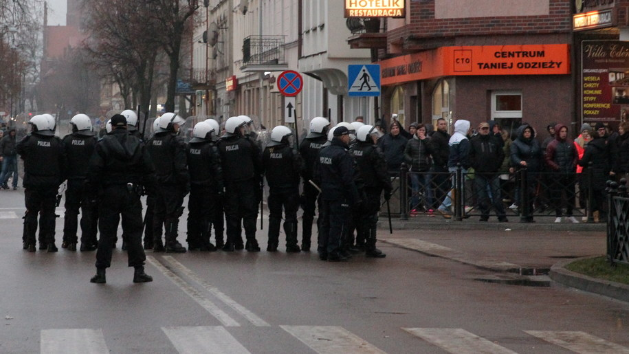 Policja w pobliżu baru Kebab Prince, przed którym w noc sylwestrową zginął, ugodzony nożem 21-letni mieszkaniec Ełku /Tomasz Waszczuk /PAP