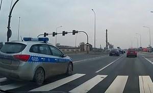 Policja wyprzedza na przejściu dla pieszych