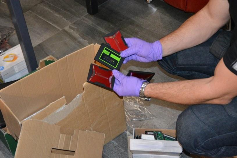 Policja zabezpieczyła podrobione dokumenty /CBŚP/www.policja.pl /