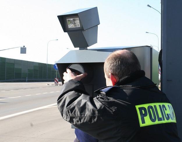 Policja zamiast usunąć puste maszty, zacznie uzbrajać je. Fot. Tomasz Baranski /Reporter