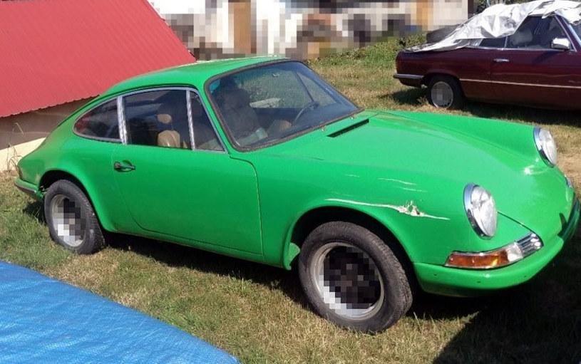 Policja zapikselowała logo Porsche, żeby ukryć, że to Porsche :)  Na kolejnych zdjęciach policjanci zrobili to samo /Policja
