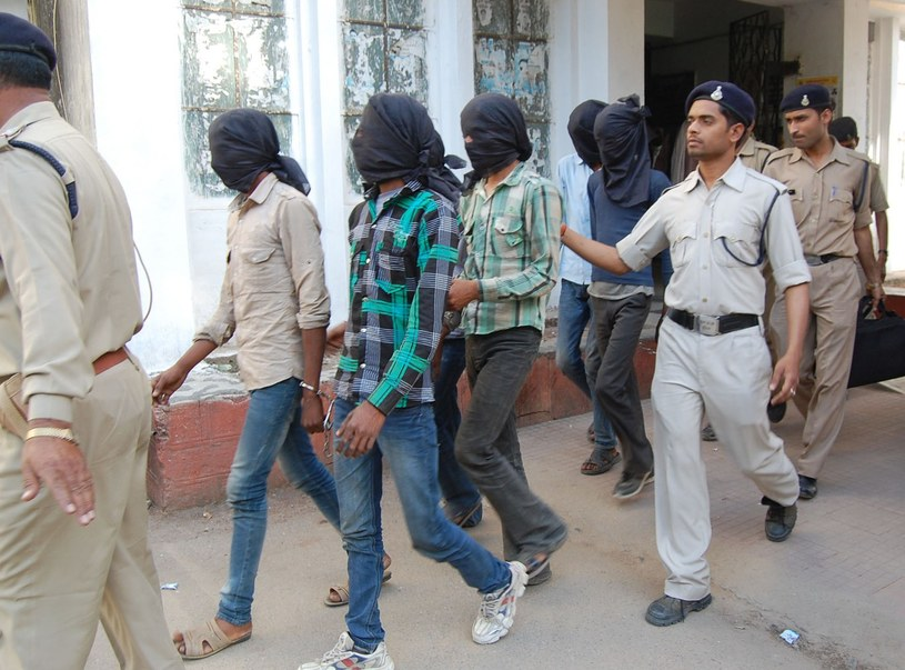 Policjanci eskortują sprawców gwałtu /AFP