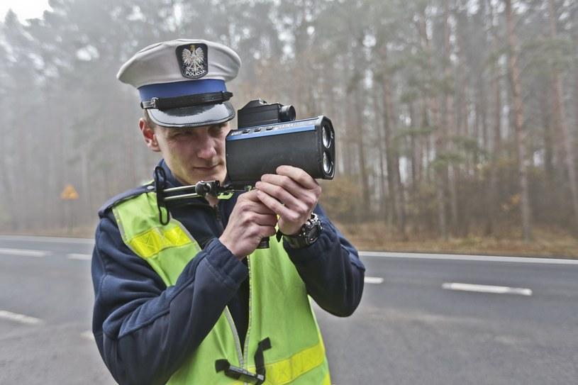 Policjanci intensywnie pracują nad ratowaniem budżetu. Efektem ubocznym są zabierane prawa jazdy /Piotr Jędzura /Reporter