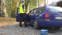 Policjanci kontrolują spaliny