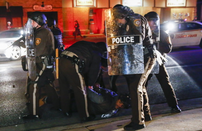 Policjanci na ulicy w Ferguson /PAP/EPA/TANNEN MAURY  /PAP/EPA