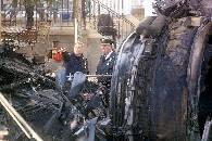 Policjanci przy szczątkach samolotu /BBC - internet