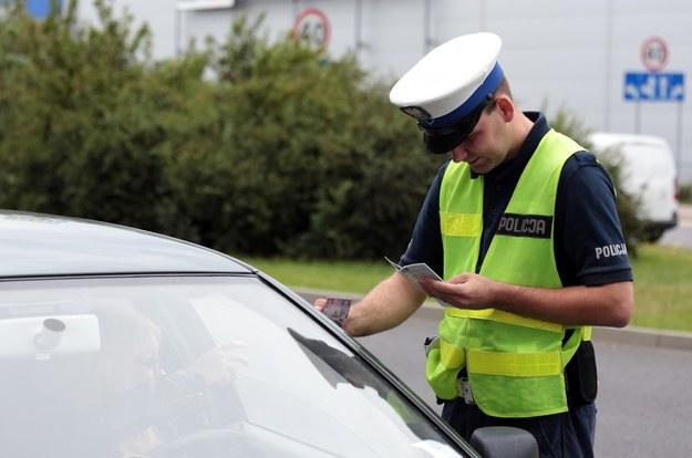 Policjanci rzadko pozwalają na jakiekolwiek negocjacje podczas kontroli drogowej /Piotr Jędzura /Reporter