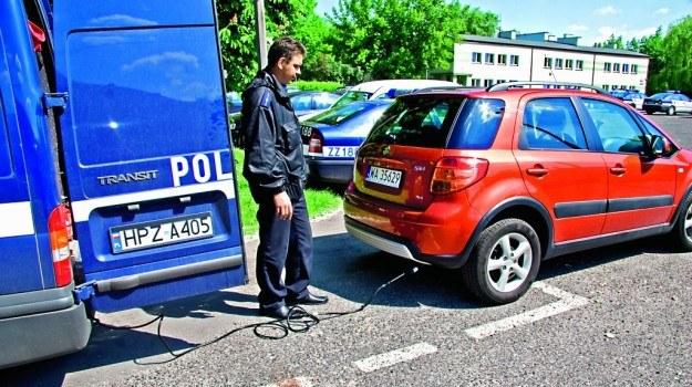 Policjanci w specjalnie wyposażonych radiowozach mają możliwość skontrolowania toksyczności spalin. /Motor