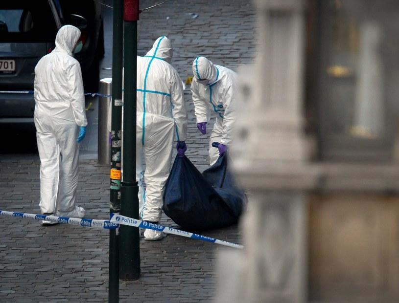 Policjanci wynoszą ciało jednej z ofiar /PAP/EPA