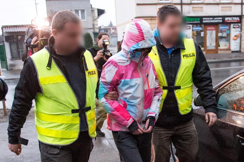 Policjanci wyprowadzają zatrzymaną Monikę C. (C) z przesłuchania w Prokuraturze Rejonowej w Rawiczu /Maciej Kulczyński /PAP