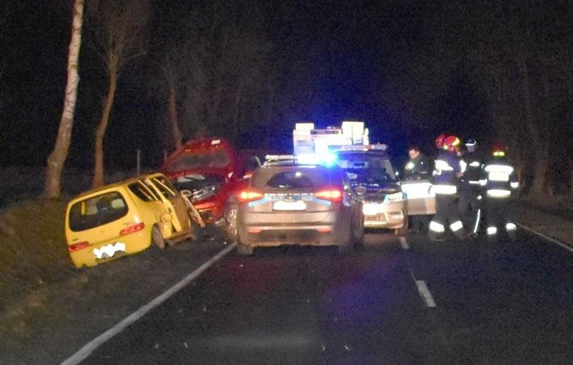 Policjanci zabezpieczali miejsca wypadku, gdy w ich auto uderzył pijany kierowca /Policja