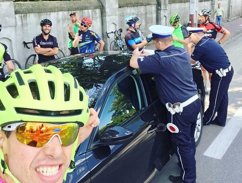 Policjanci zatrzymali grupę osób na rowerach i każdemu wręczyli mandat /Jakub Niedźwiadek /