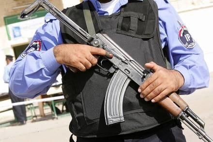 Policjant chciał tylko pokazać, jak wyglądał wypadek /AFP