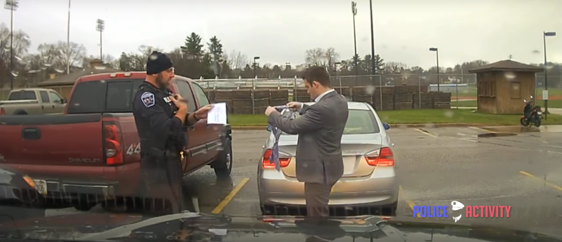 Policjant okazał się bardzo pomocny /PoliceActivity /YouTube