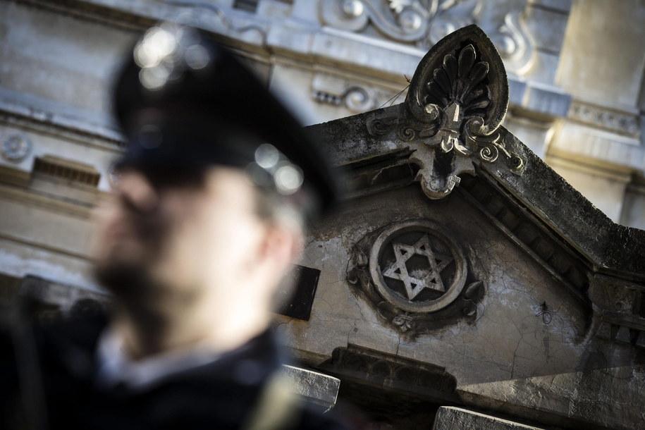 Policjant przed jedną ze szkół żydowskich /ANGELO CARCONI /PAP/EPA