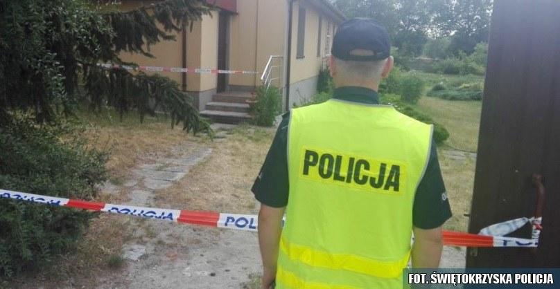 Policjant przed plebanią w Tarnawie /Świętokrzyska policja /