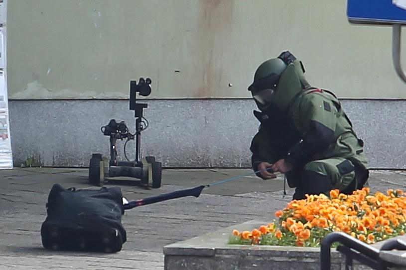 Policjant sprawdza podejrzaną torbę na Placu Dominikańskim (arch.) /PAWEL RELIKOWSKI / POLSKA PRESS /East News