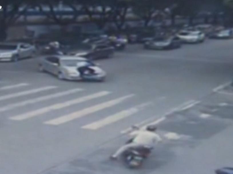 Policjant wskoczył na maskę samochodu /AP