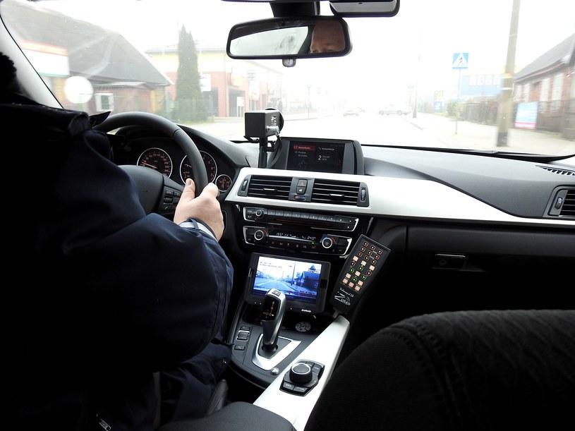 Policyjne BMW 330i już na drodze, ale w prawym dolnym rogu brak naklejki rejestracyjnej. Funkcjonariusz prowadzący auto miał zostać ukarany... pouczeniem /Policja
