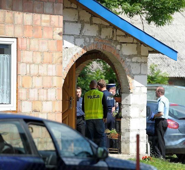 Policyjny radiowóz przed domem w miejscowości Zamch w województwie lubelskim /fot. D Delmanowicz /PAP