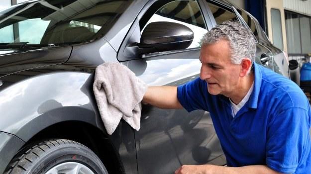 Politura nie tylko przywraca lakierowi połysk, ale też odświeża kolor nadwozia. /Motor
