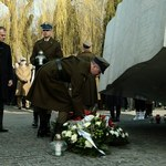 Politycy PiS złożyli kwiaty przed Pałacem Prezydenckim