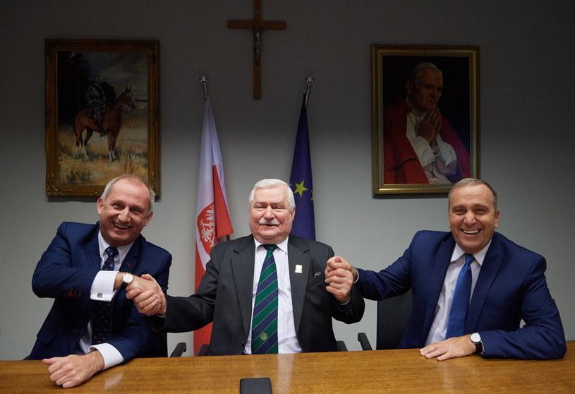 Politycy PO z Lechem Wałęsą /Adam Warżawa /PAP