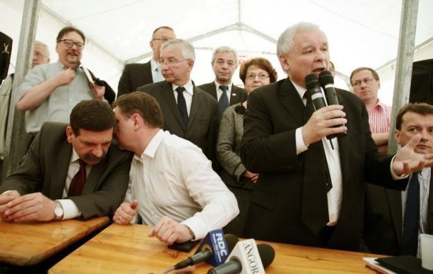 Politycy w miasteczku przed Sejmem / fot. T. Gzell /PAP