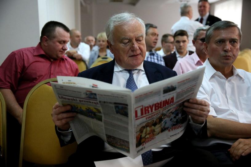 Polityk SLD Jerzy Jaskiernia (C), przed posiedzeniem Rady Krajowej partii. Podczas tego posiedzenia podjęto przełomowa decyzję /Tomasz Gzell /PAP
