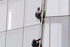 Polka z Greenpeace wspina się na wieżowiec Shard w Londynie
