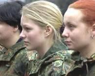 Polki, jak ich zagraniczne koleżanki, coraz chętniej garną się do służb mundurowych /AFP