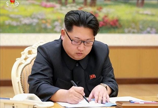 Północnokoreański dyktator Kim Dzong-Un podpisuje dokument dotyczący testów bomby wodorowej /AFP