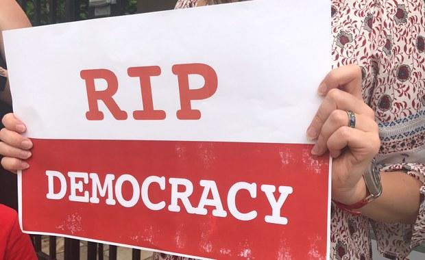Polonia murem za PiS? Protest Polaków przed ambasadą w USA