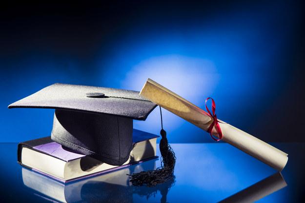 Połowa przebadanych magistrów w pierwszym roku pracy zarabiała pomiędzy 2200 zł brutto a 3600 zł brutto /123RF/PICSEL