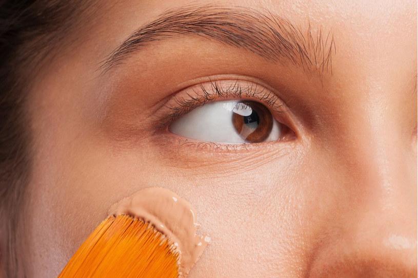 Połowa sukcesu to użycie dobrego podkładu (anty-age, z dodatkiem serum). Wygładzi skórę i zmniejszy widoczność zmarszczek /©123RF/PICSEL