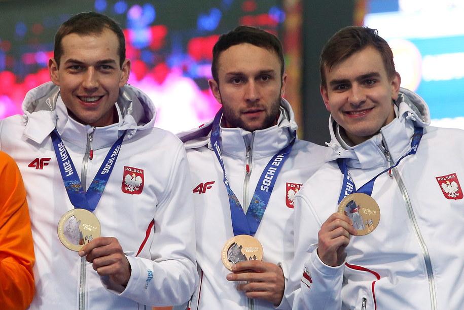 Polscy panczeniści: Zbigniew Bródka, Konrad Niedźwiedzki i Jan Szymański, na podium po wyścigu drużynowym o brązowy medal /Grzegorz Momot /PAP