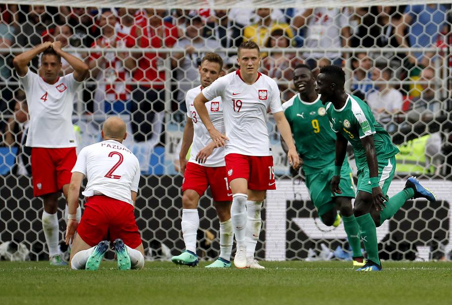 Polscy piłkarze - wśród nich, pierwszy z lewej: Thiago Cionek - po samobójczym trafieniu 32-letniego obrońcy /YURI KOCHETKOV /PAP/EPA