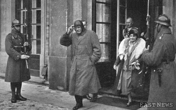 Prezydent II RP Ignacy Mościcki z żona Marią z Dobrzańskich wyjeżdża do Spały po uroczystości zaślubin w kaplicy Zamku Królewskiego w Warszawie, październik 1933
