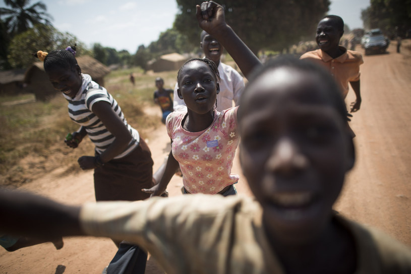 """Polscy stomatolodzy dbają o zęby mieszkańców Kamerunu w misji w Abong-Mbang w ramach projektu """"Dentysta w Afryce"""". /AFP"""