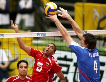 Polska - Egipt 3:0. Daniel Pliński (z prawej) blokuje atak Ossamy Bakheita /AFP