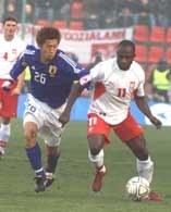 Polska - Japonia. Ichikawa (z lewej) w walce z Olisadebe