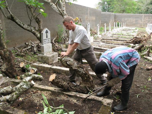 Polski cmentarz w Tengeru, prace misji, 2009 r. /Centrum Dokumentacji Zsyłek, Wypędzeń i Przesiedleń Uniwersytetu Pedagogicznego /