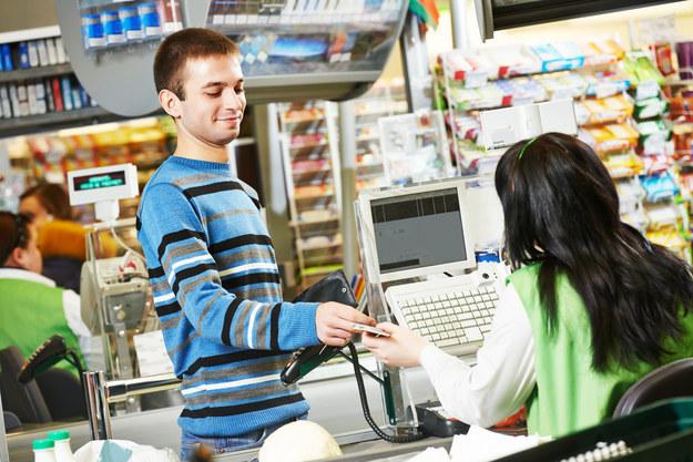 Polskie markety chcą zrezygnować z kasjerów i zastąpić ich samoobsługowymi kasami? /123RF/PICSEL
