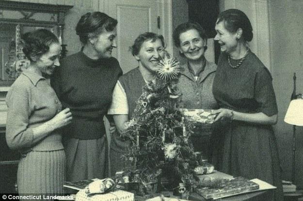 Polskie więźniarki niemieckiego obozu koncentracyjnego w Ravensbrück w gościnie u Caroline Ferriday (z prawej) /Connecticut Landmarks /INTERIA.PL