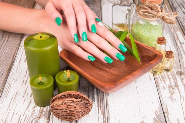 Pomaluj paznokcie na modne jesienią kolory /123/RF PICSEL