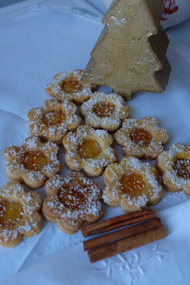 Pomarańczowe ciasteczka adwentowe przysypane kokosowym śniegiem