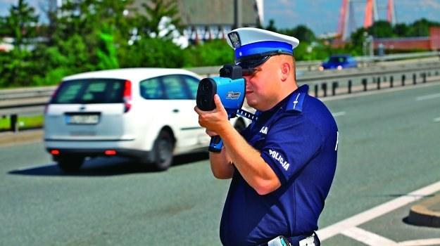 Pomiar prędkości nawet z odległości 1 km nie jest problemem dla policyjnych laserów. Ta zaleta bywa jednak niekiedy wadą urządzeń i prowadzi do zatrzymania innego auta niż było namierzane. /Motor