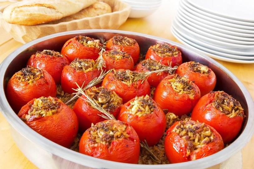 Pomidory możesz faszerować dowolnymi dodatkami: ryżem, serem lub mięsem /©123RF/PICSEL